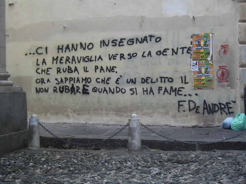 Ecco il muro in via del campo a genova  con i versi della canzone di fabrizio de Andrè